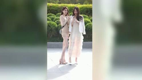 街头遇到两个刚下班的小姐姐,长得漂亮身材好,你喜欢上了哪一个?