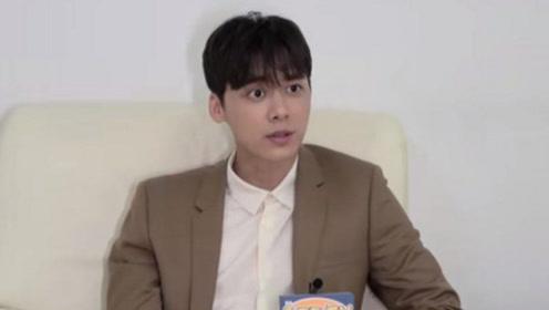 """李易峰忆新剧军训赞馒头好吃 回应""""女朋友""""传闻"""