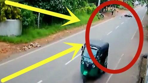 """后方摩托车突然爆了前车的""""菊花"""",路边狗子都惊呆了!"""