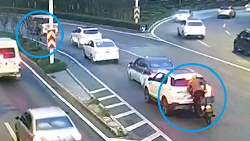 为避让横穿马路的老人 前车急停被后方驶来的摩托追尾