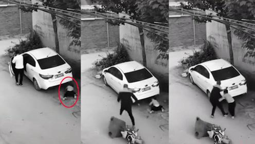 千钧一发!男孩蹲车后捡球险被撞 男子一把拉起拯救两个家庭