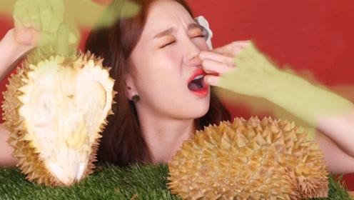 韩国美女挑战吃泰国榴莲,刚切开差点把自己熏晕,结果第一口就打脸了!