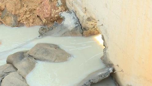 """一夜之间河涌水突然变色成""""牛奶河"""",村民怀疑有人偷排"""