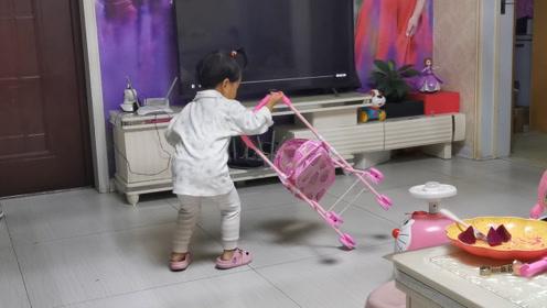 宝宝把玩完的玩具扔到一边,爸爸说了啥,宝宝主动扶起来?