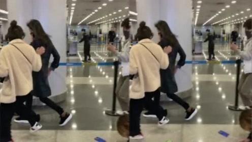 郑爽机场被拽着跑,粉丝追赶狠狠摔倒在地,丝毫没有关心摔倒者