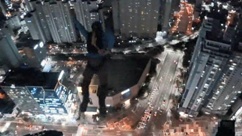 """两名俄罗斯人在韩国玩""""高楼跳伞"""",被禁止出境了……"""