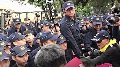 """不满""""太阳花判决""""!台湾500名退休警走上街头 要求蔡英文下台"""