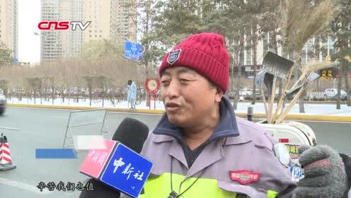 哈尔滨突降大雪万余环卫工人24小时与雪奋战