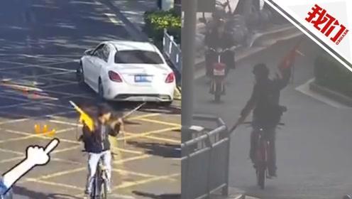 男子把马路当秀场:左手拿弓右手舞枪 倒骑自行车称要破世界纪录