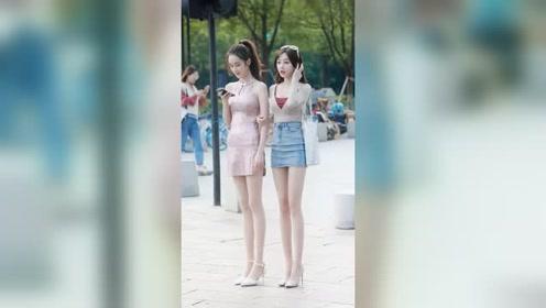 街头遇到两个刚下班的小姐姐,左边美还是右边美?