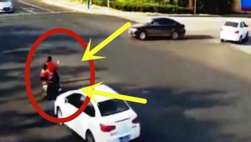 心忒大!电车女带孩子停留在马路中间,下秒就葬送了宝贝的性命!