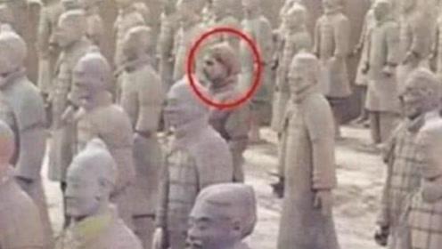 女游客去参观兵马俑,却发现有一个不对劲,看清后她直接报了警!