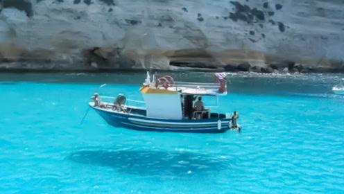 这个湖一直在骗人 游客们被骗的团团转 却还抢着去玩!