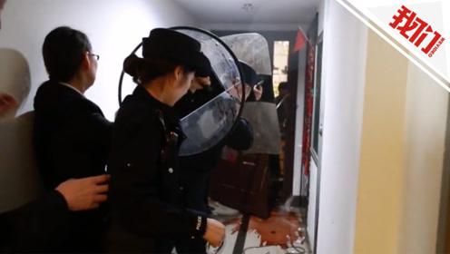 """""""霸屋老赖""""欠款百万向法警飞掷菜刀 警察冲入屋内下一秒令人舒适"""