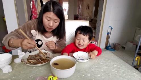 宝宝饭桌前啥都想自己来,看把她能耐的,感觉自己长大了!