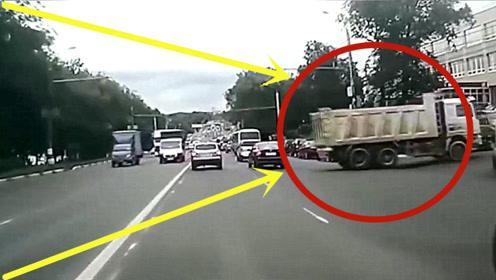 大货车意外溜车,一头冲进拥挤车流,事发堪比导弹爆炸!