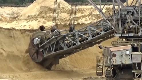 专门将沙土装进火车的机器,真霸气