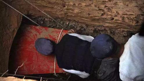男子挖出棺材嫌晦气,打算一把火烧掉,专家不淡定了:那是5个亿