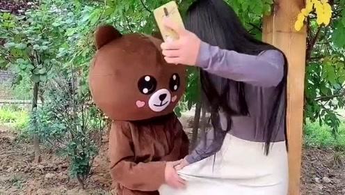 网红熊越来越放肆了,好好的传单不发,又跑到公园去撩妹子