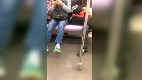 上海地铁10号线上的淡定灭鼠小哥