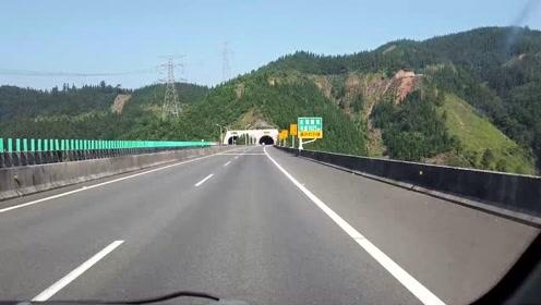 开车在贵州大山高速,到处是隧道高架桥,在贵州修高速太不容易了