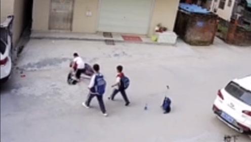 """最棒""""红领巾""""!老人路边摔倒,3名小学生扔下书包上前搀扶"""