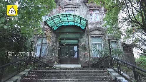 贵阳一荒岛数亿元烂尾别墅群被藤蔓包裹,阴森荒凉如幽灵古堡