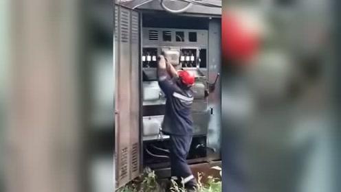 俄罗斯工人修理变压器遭遇爆炸 所幸只有手臂被烫红
