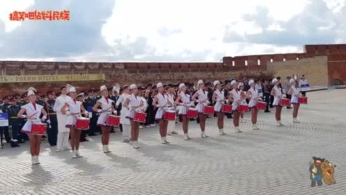 战斗民族军鼓队表演,女孩45度仰望前方太逗了