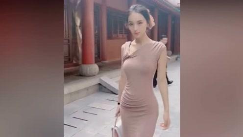 漫步的高挑姑娘太美了,这身材和颜值