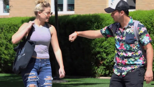小伙在大学校园玩套路,向陌生美女伸出手,女孩们会拒绝吗