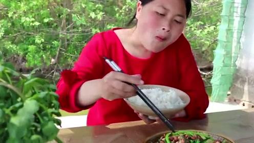火锅经典搭配的茼蒿也能这样吃?农村胖妹最能吃,一碟菜全下肚了!