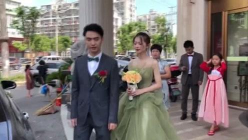 婚纱店最新款式,新娘穿着亮相,新郎眼都看直了!