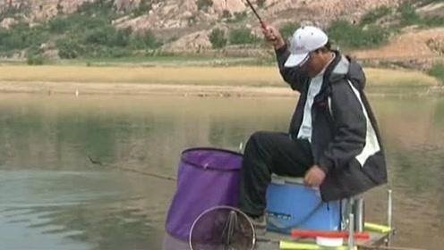 徒弟和师傅进行掐鱼比赛,他竟然率先中鱼了