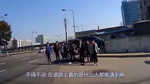 十几个黑衣男子面包车上下来 后车男子拔腿就跑!