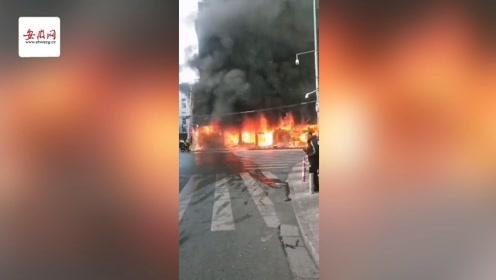 蚌埠淮河路一居民楼五间门面房燃起大火 消防救出21人