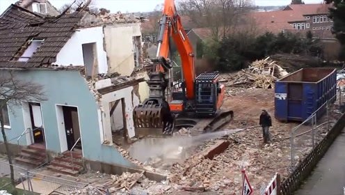 挖掘机搞拆迁,速度就是快,500平的二层小楼半小时搞定