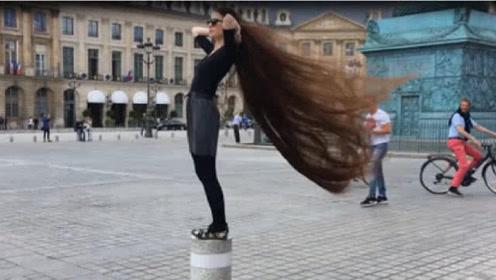 国外妹子20年从不剪发,头发比身高还长,靠头发年入百万