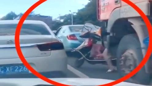 女司机误入大货车盲区,竟然从车头前超车,结果当场被碾压,还好捡了条命!