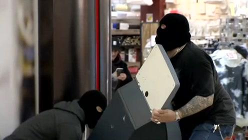 劫匪在警察的眼皮下劫走取款机,路人很着急,让你去抓劫匪不是让你取钱!