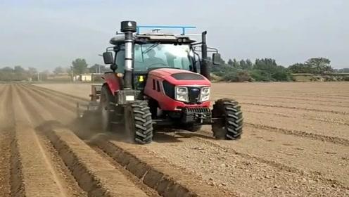 现在的农民不辛苦,垄地都有专门的机器,不用面朝黄土背朝天!