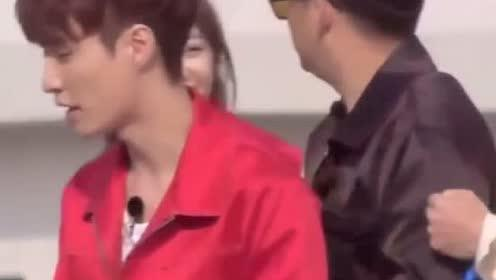 迪丽热巴《极限挑战》拍摄花絮,看起来非常开心的样子