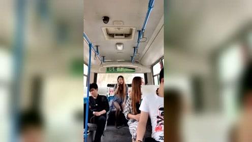 美女小姐姐因男友和她分手公交车做出这样的举动,网友有病啊