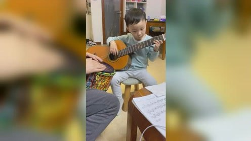 儿子弹奏吉他,真棒