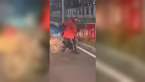 北京大风 外卖小哥被吹得寸步难行
