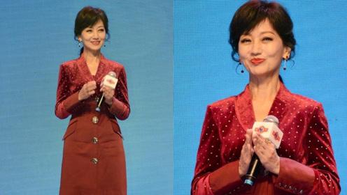 65岁不老女神赵雅芝中国红装扮现身,脚踩恨天高与同龄人相比像两代人