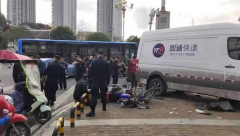 快递货车连撞2车后冲向商店 惊险瞬间被路过车辆记录仪拍下