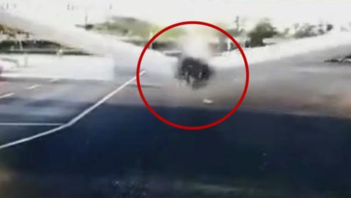 监拍:安徽芜湖轨道交通1号线施工现场发生事故 轨道梁断裂坠落