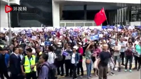 """香港市民发起""""支持港警止暴制乱""""活动,外国人也参加"""