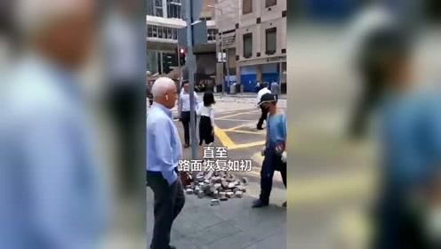 从一个人到一群人!香港暴徒用砖头堵塞交通 市民搬砖以示反抗